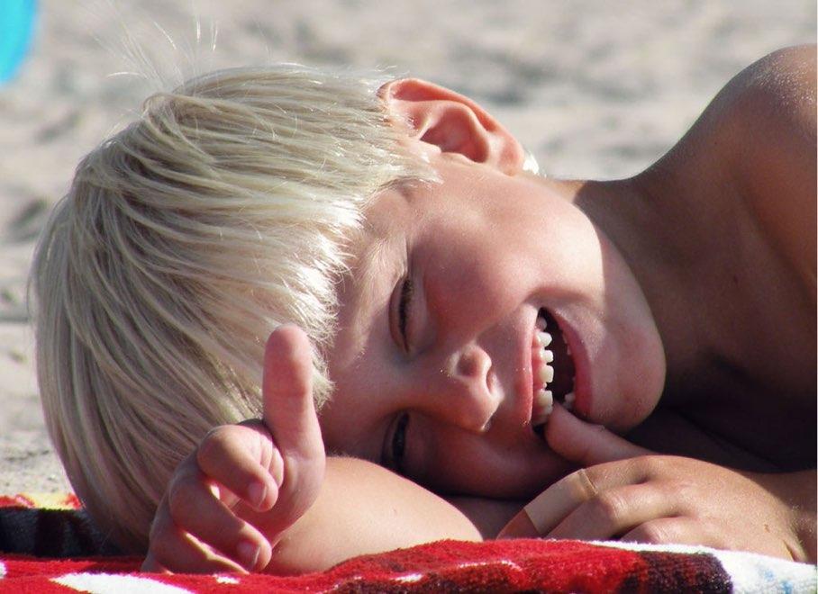 glad pojke på stranden